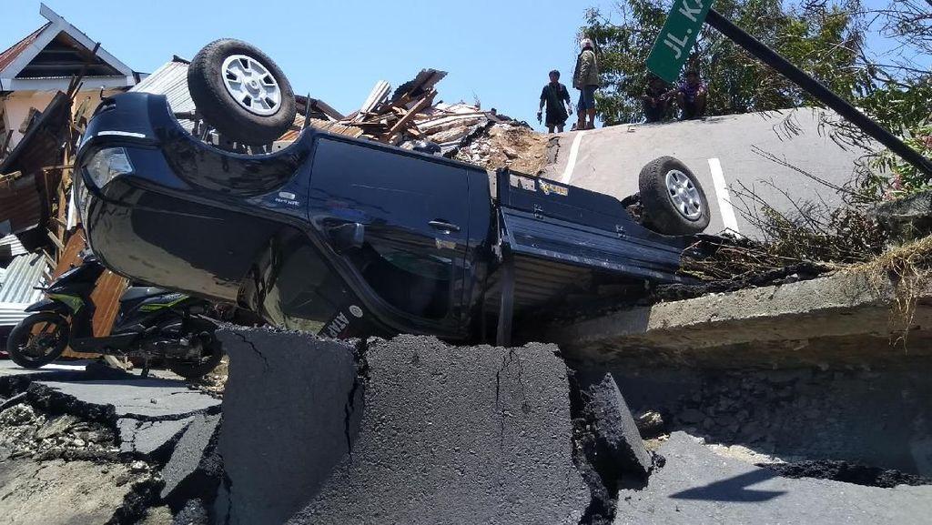 Luluh Lantak Palu Diterpa Tsunami: Jalan Hancur-Mobil Berserakan