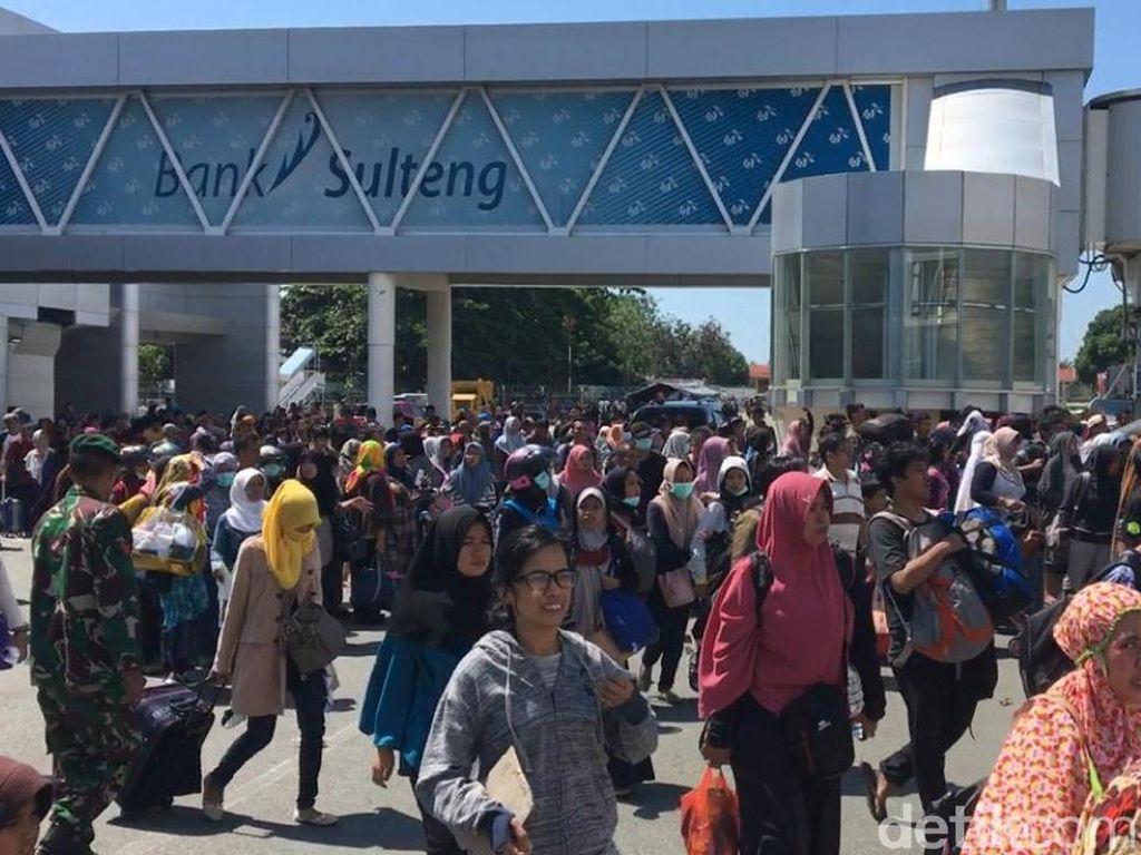 Warga Antre di Bandara, Berbondong-bondong Tinggalkan Palu