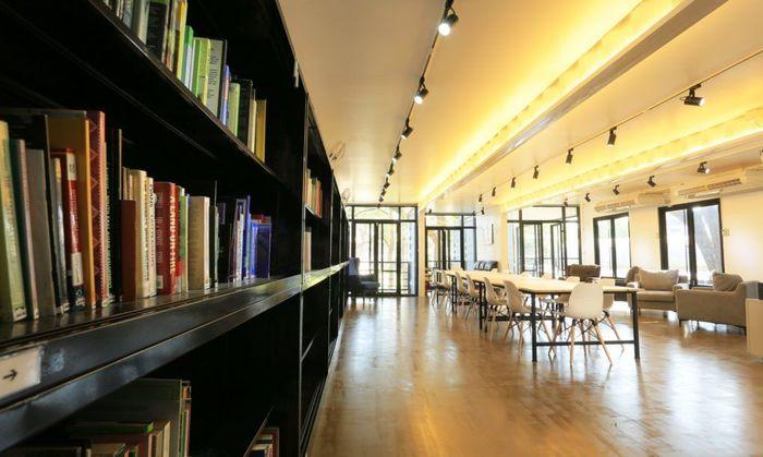 Perpustakaan juga tersedia, mahasiswa bisa belajar dengan nyaman di dalam kontainer. Istimewa/Inhabitat.