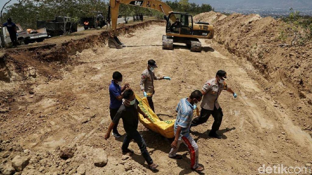 Potret Pemakaman Massal Korban Gempa-Tsunami Palu