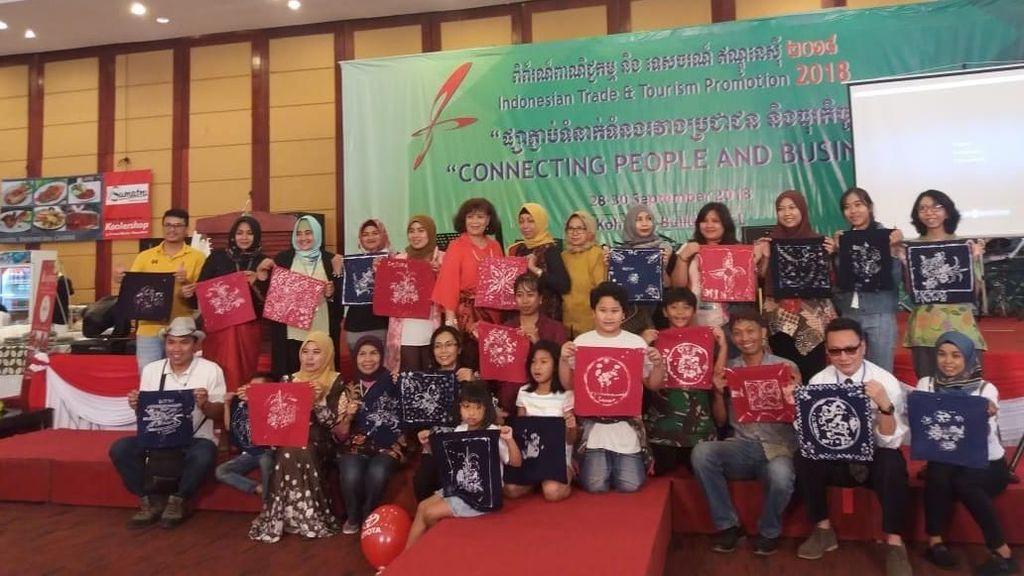 Warga Kamboja Belajar Membatik dengan Canting