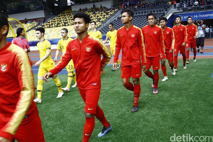 Timnas Indonesia dan Australia memasuki lapangan untuk bertanding di perempatfinal Piala Asia U-16 di Stadion Bukit Jalil, Kuala Lumpur, Senin (1/10/2019).