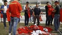 Para PKL berdagang kaos Timnas Indonesia.