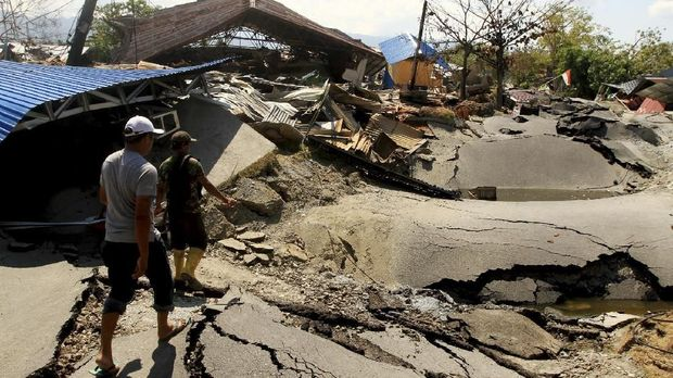 Warga memantau area terdampak gempa di Petobo, Palu Selatan, Sulawesi Tengah, Senin (1/10).