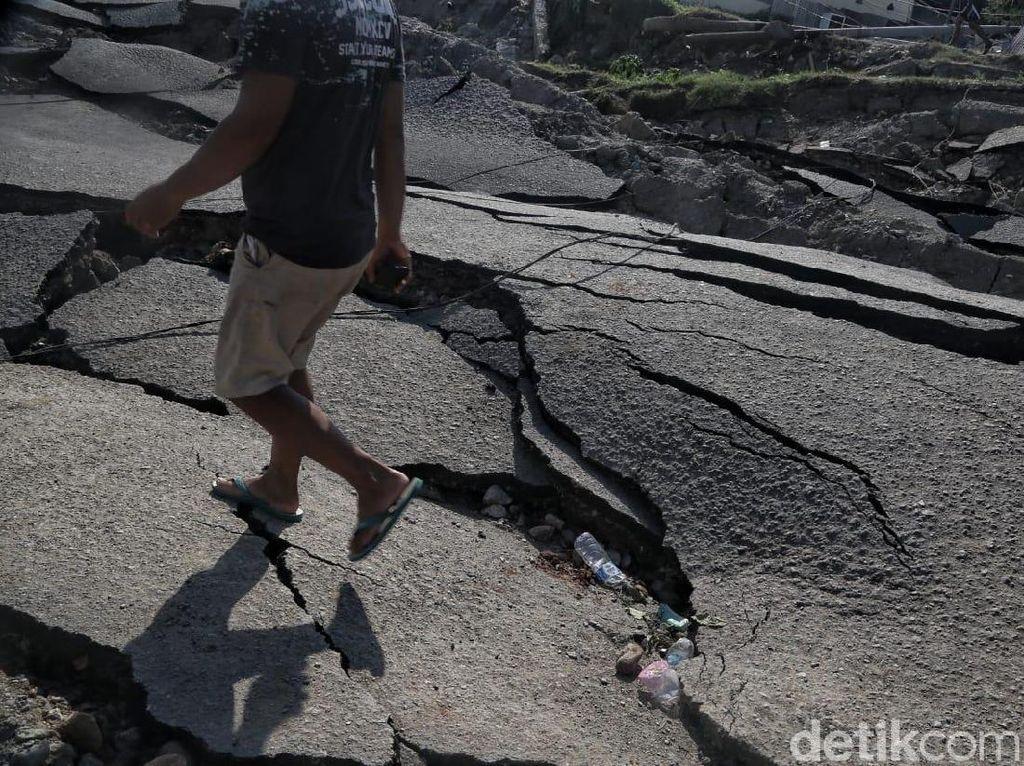 Terdampak Gempa, Tanah Ambles dan Naik Setinggi Rumah