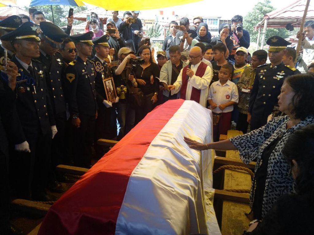 Tangis Warnai Pemakaman Petugas ATC Palu Gunawan Agung