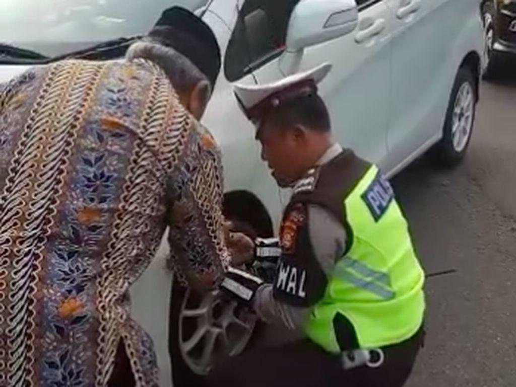 Video: Aksi Polisi Perbaiki Bemper Mobil Warga yang Terlepas