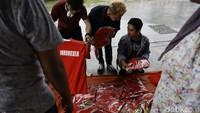 Warga berburu kaos timnas Indonesia sebelum laga digelar.