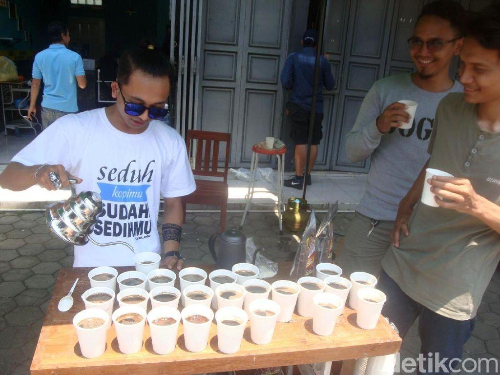 Peringati Hari Kopi Internasional, Komunitas Ini Bagikan 500 Cangkir Kopi Gratis