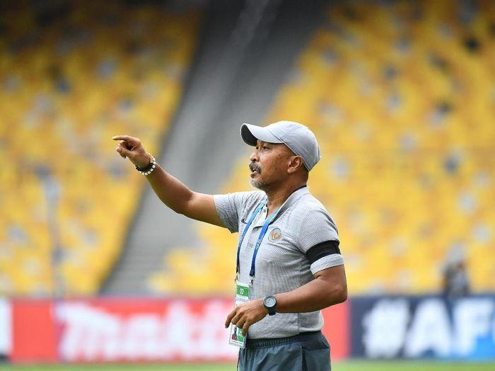 Fakhri Husani mengumumkan Timnas Indonesia menggant satu pemain pada H-1 Kualifikasi Piala Asia U-19 2020. (Foto: Adam Aidil/AFC)
