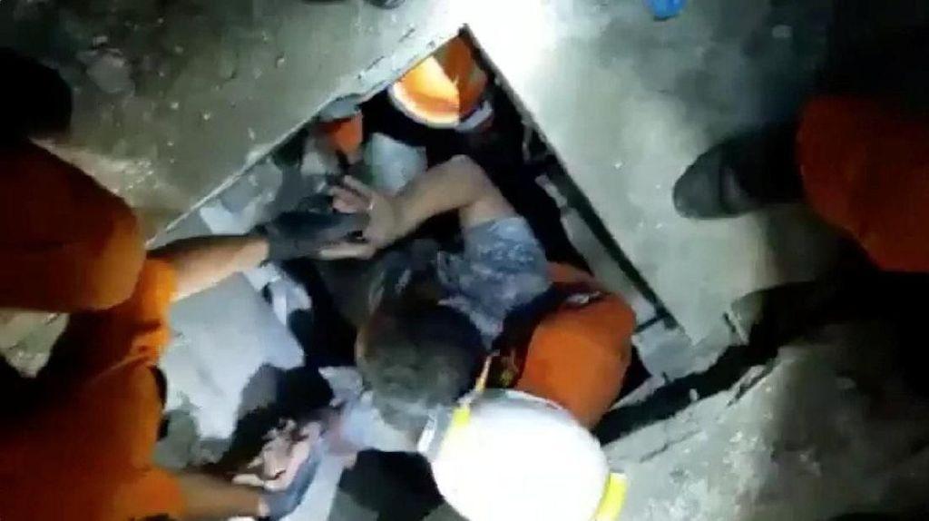 Tertimbun Bangunan Selama 4 Hari, Pria Ini Berhasil Diselamatkan Tim SAR