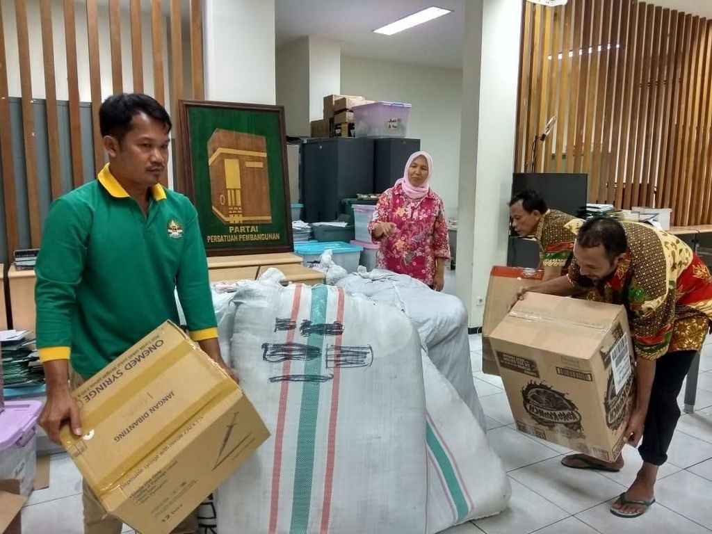 Bantu Korban Gempa, PPP Terbangkan Mukena dan Sarung dari Jakarta