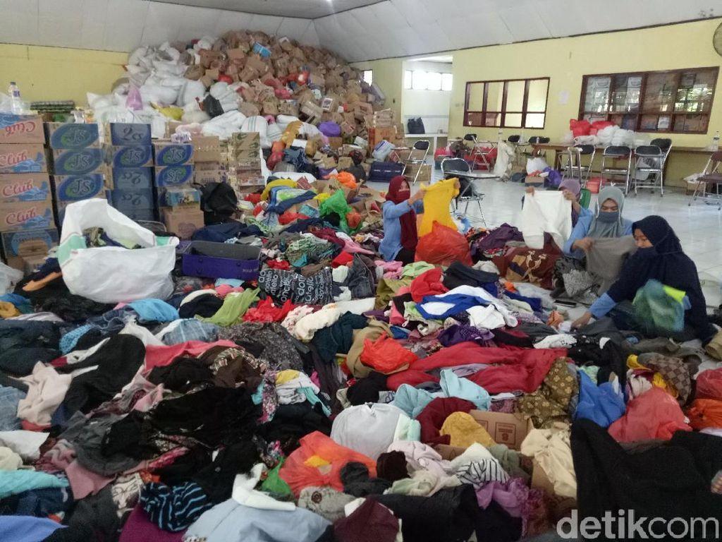 Pengungsi Gempa Palu di Makassar Berburu Pakaian Bekas