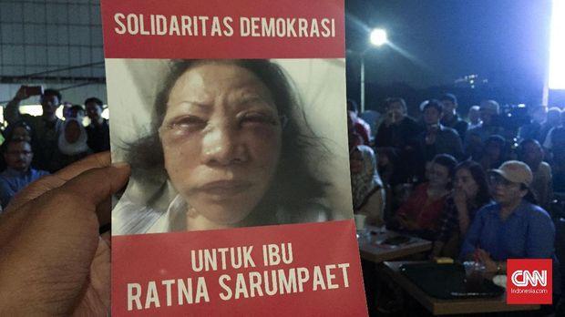 Peserta 'Solidaritas Demokrasi untuk Ibu Ratna Sarumpaet' menunjukkan pamflet yang berisi foto wajah Ratna Sarumpaet yang bengkak, di Jakarta, Selasa (2/10).