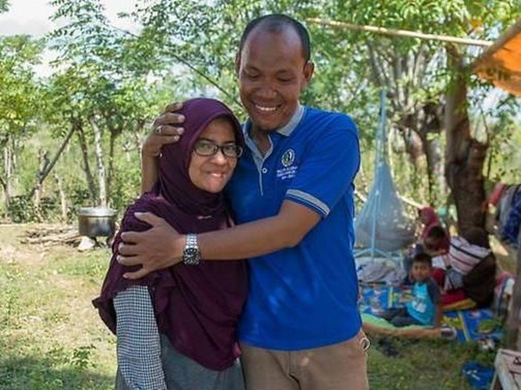 Reuni Mengharukan Suami-Istri yang Terpisah Akibat Tsunami Palu