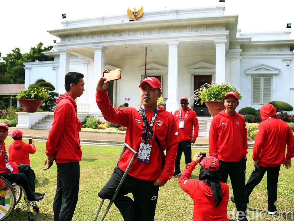 Momen Saat Atlet Asian Para Games Selfie di Istana