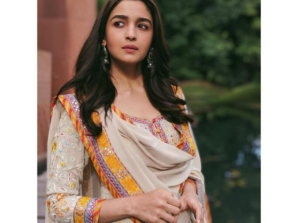 Kepincut Gaya Alia Bhatt, Aktris Bollywood Raup Rp 10,4 M Sekali Tampil