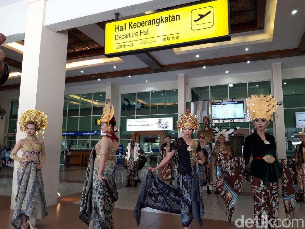 Sambut Hari Batik, Bandara Adi Soemarmo Adakan Fashion Show Batik