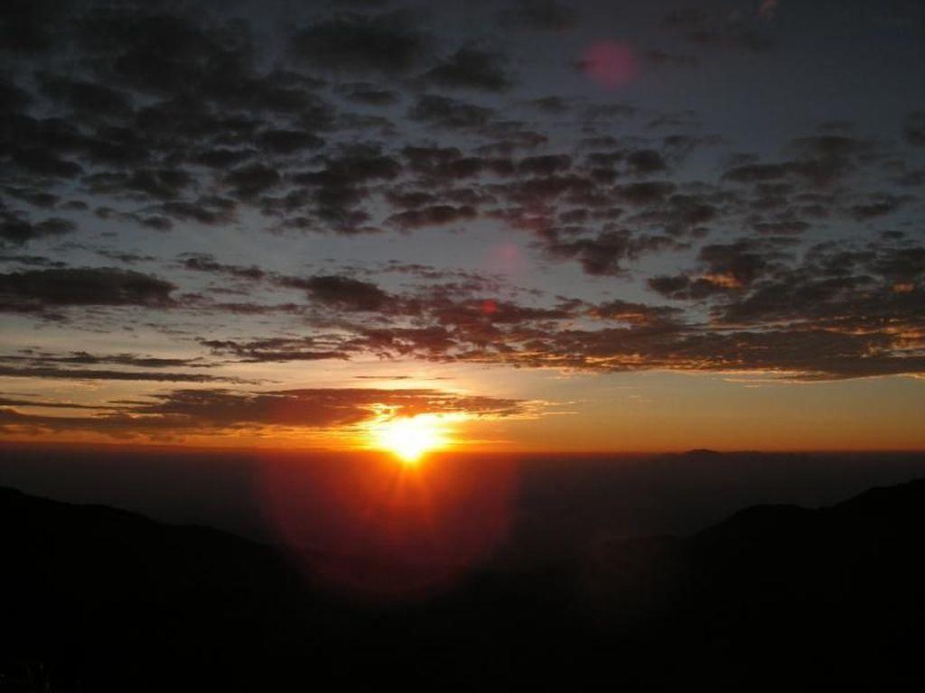 Mengejar Golden Sunrise di Dieng