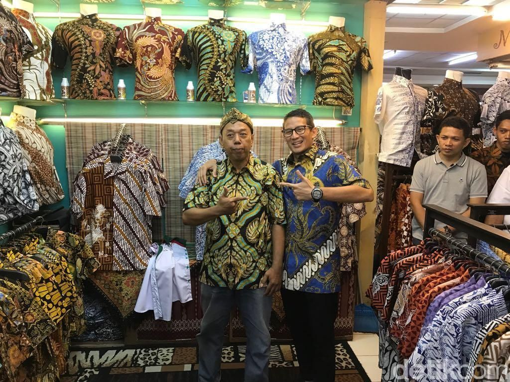 Kunjungi Thamrin City, Sandiaga Belikan Warga Kemeja Batik