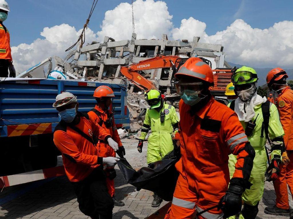 Korban Tewas Dievakuasi dari Reruntuhan Hotel Roa Roa Palu