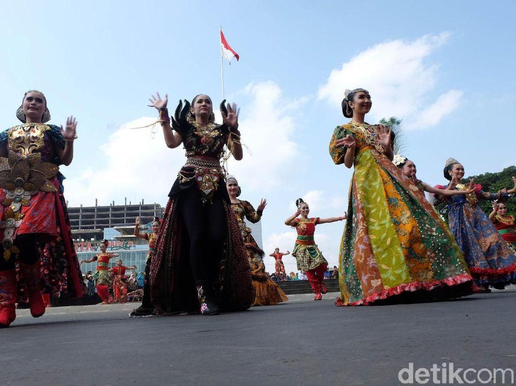 Melihat Meriahnya Warna-warni Karnaval Batik Banyumas