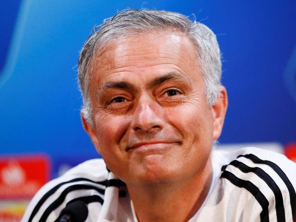 Senyum Cerah Jose Mourinho