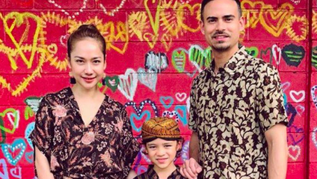 Gaya Kompak Keluarga Pakai Batik, Mana Paling Keren?
