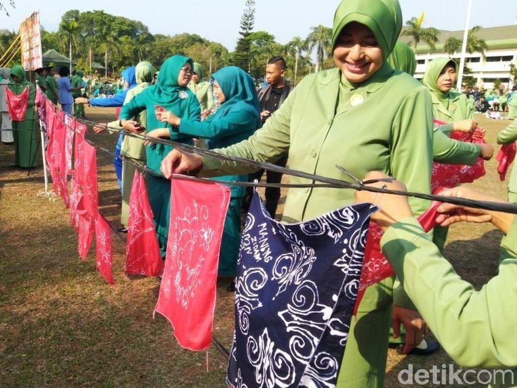 Serunya Ratusan Perempuan Membatik di Markas Militer Semarang