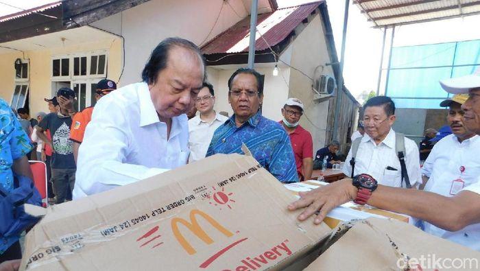 Dato Sri Tahir saat memberikan sumbangan untuk korban gempa Palu dan Donggala
