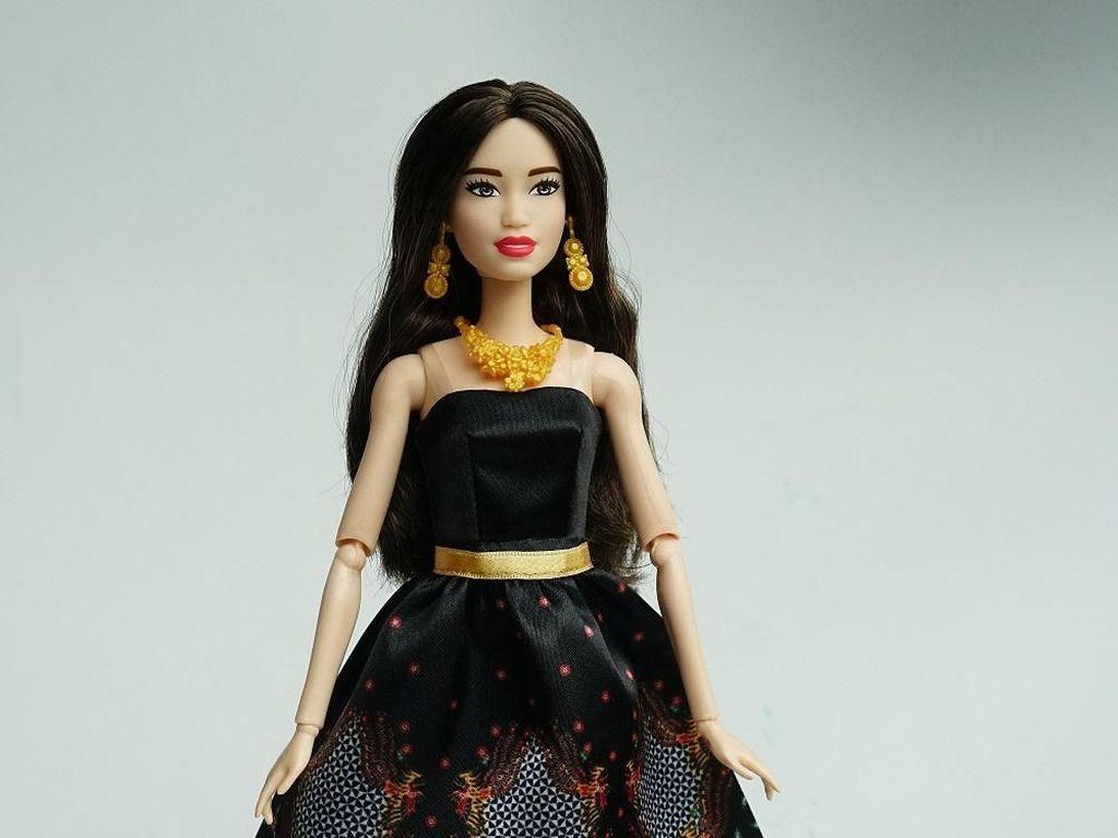 Hari Batik Nasional, Barbie Luncurkan Boneka Pakai Batik Iwan Tirta