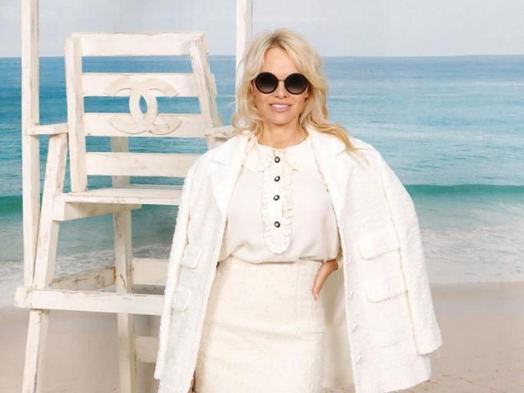 Foto: Tampil Beda, Pamela Anderson Bergaya Elegan di Fashion Show Chanel