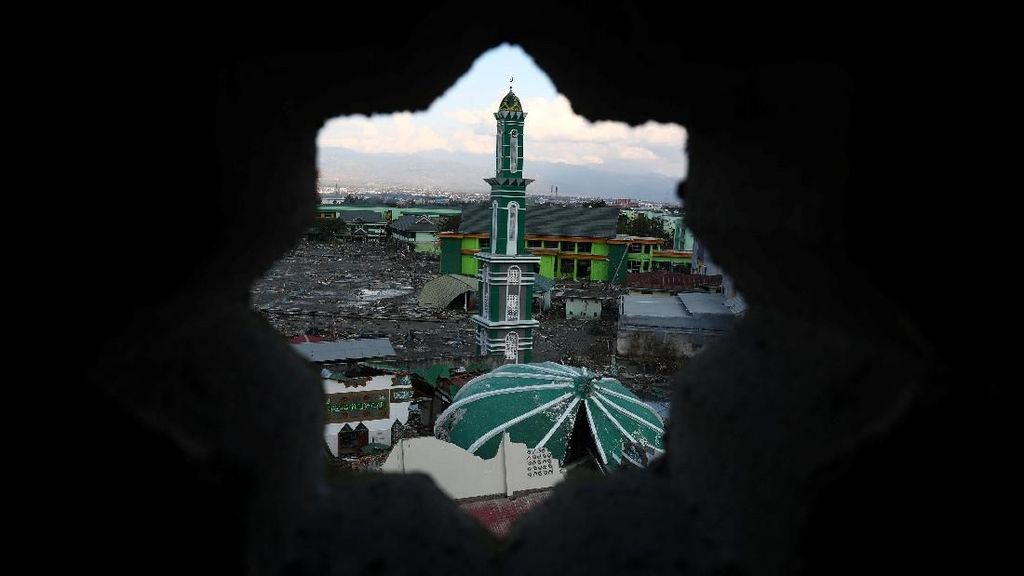 Diterjang Tsunami Menara Masjid Baiturrahman Kokoh Berdiri