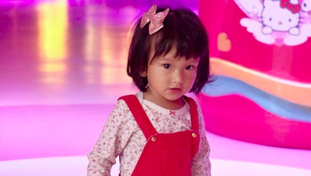 Foto-foto Menggemaskan Salma, Cucu Ratna Sarumpaet yang Cantik