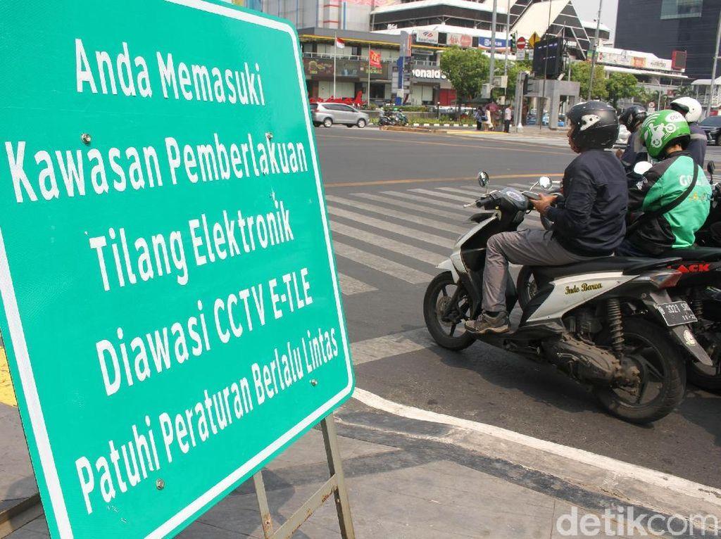 Plang Sosialisasi Tilang Elektronik Dipasang di Sudirman-Thamrin