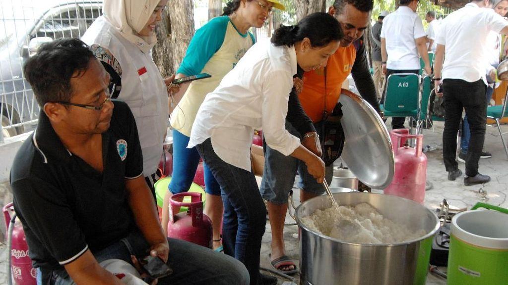 Gaya Menteri Rini saat Bantu Masak di Dapur Umum Palu