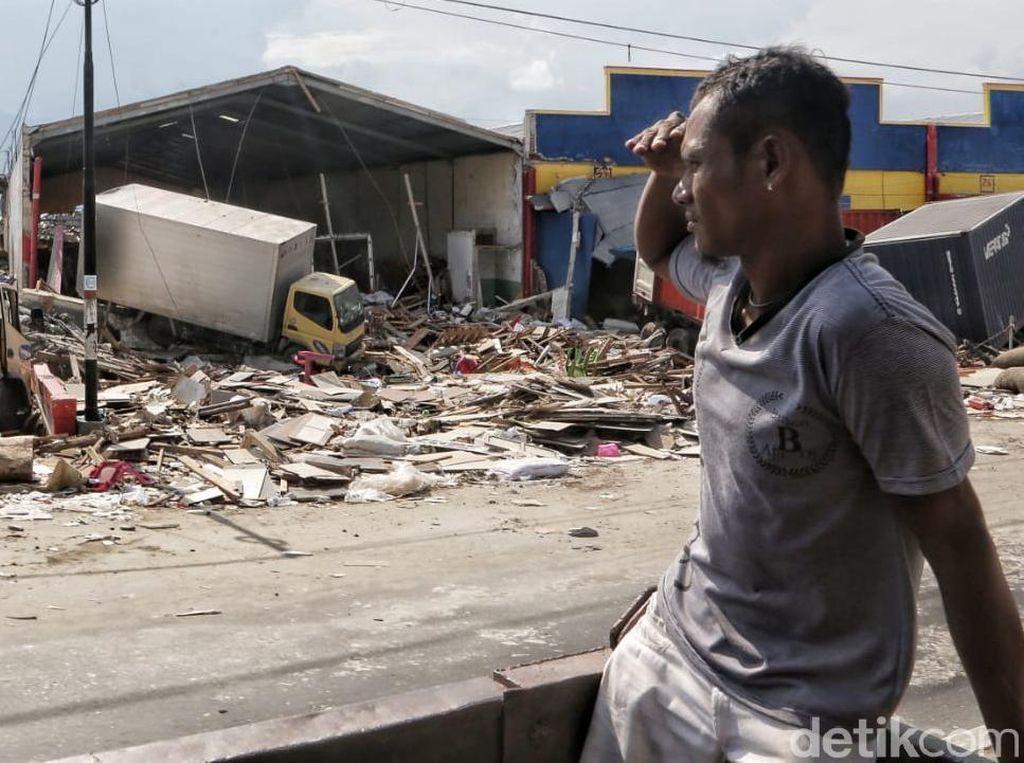 Mereka yang Gigih Mencari Buah Hatinya di Reruntuhan Gempa