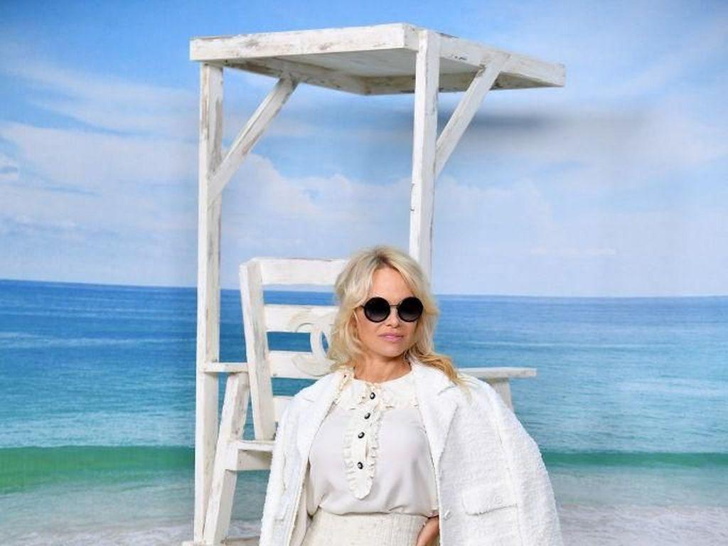 Pesepakbola Adil Rami Bantah Tudingan Selingkuh dari Pamela Anderson