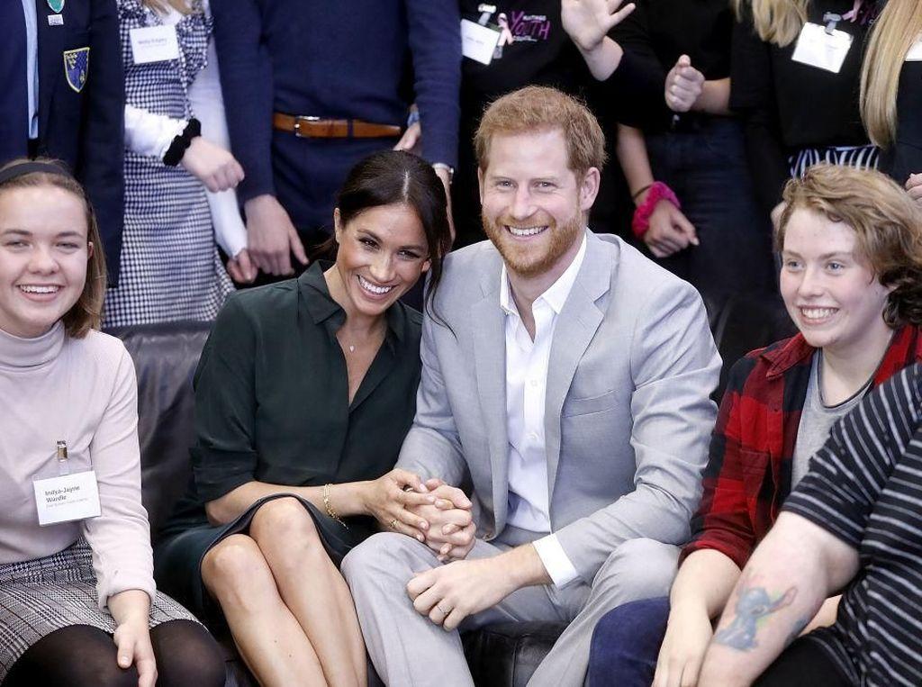 Potret Mesra Pangeran Harry dan Meghan Markle Saat Kunjungi Sussex