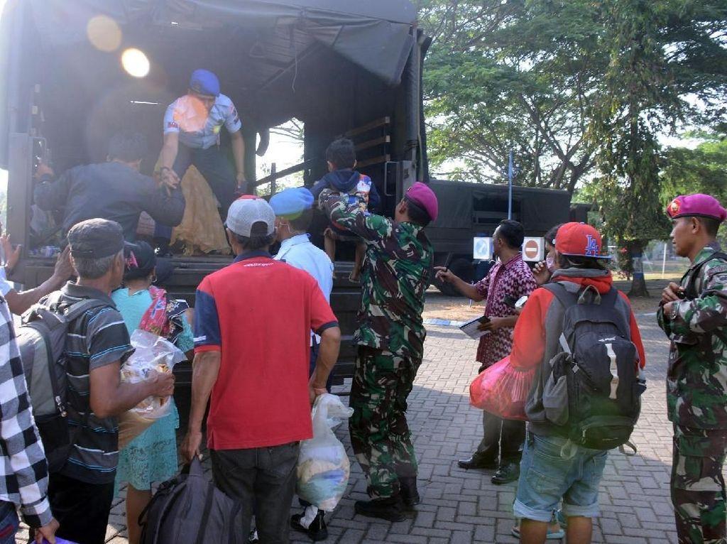 164 Pengungsi Palu Tiba di Juanda, Marinir Bantu Ini