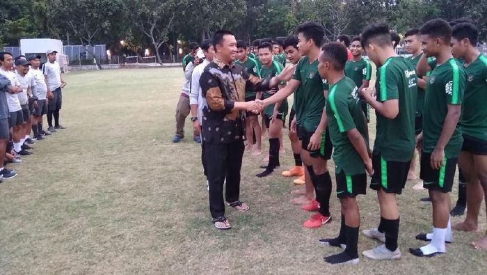 Menpora Imam Nahrawi menyaksikan latihan timnas Indonesia U-19 (Foto: Amalia Dwi Septi)