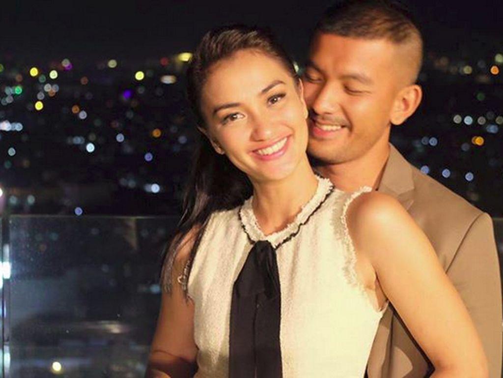 Kemesraan Atiqah Hasiholan dan Rio Dewanto dalam Bingkai Foto