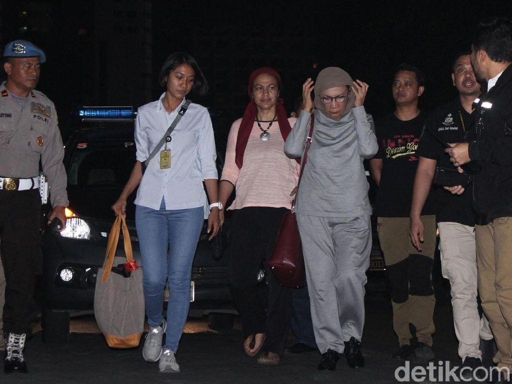 Potret Malam Panjang Ratna Sarumpaet: Ditangkap hingga Digeledah