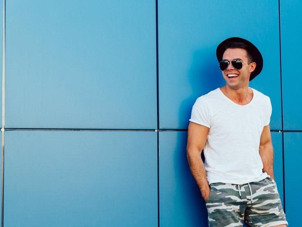 Penampilan Makin Keren dengan 4 Desain Kaus Pria Ini