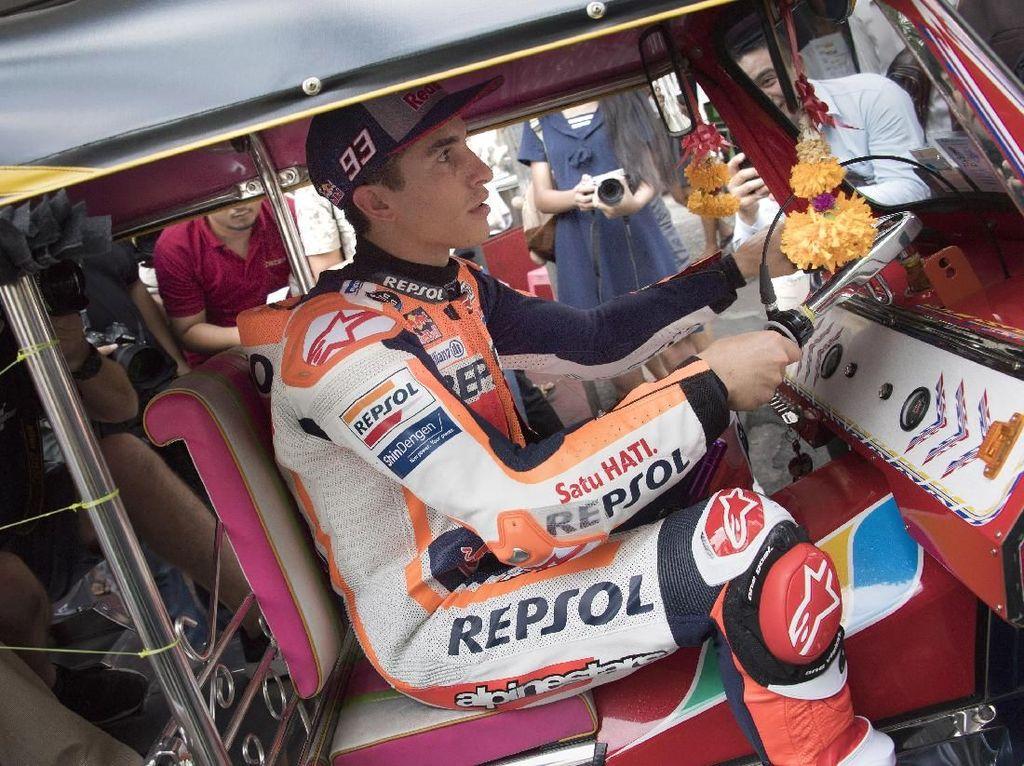 Pemanasan Jelang MotoGP Thailand, Marquez Ngebut Pakai Tuk-Tuk