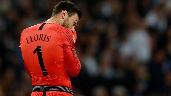 Hugo Lloris menjadi kunci kemenangan Tottenham Hotspur atas Leicester City dengan skor 3-1. Dia melakukan 9 penyelamatan, termasuk menepis satu penalti. (Foto: Andrew Couldridge/Action Images via Reuters)