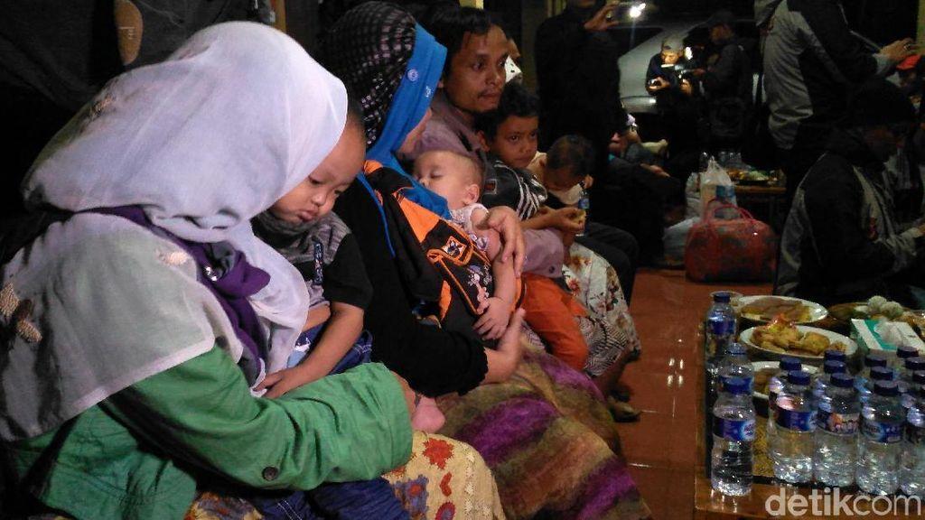 Tangis Keluarga Korban Gempa Palu Pecah di Mapolres Garut