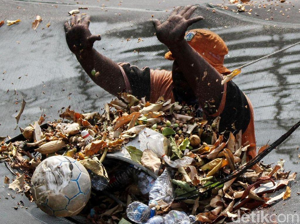PPSU Bersihkan Sampah Menumpuk di Waring Kali Item