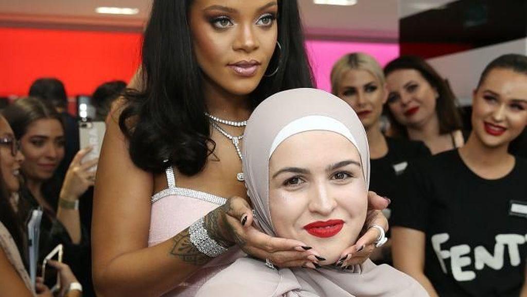 Momen Langka Rihanna Jadi Tukang Rias Pengunjung Toko Kecantikan