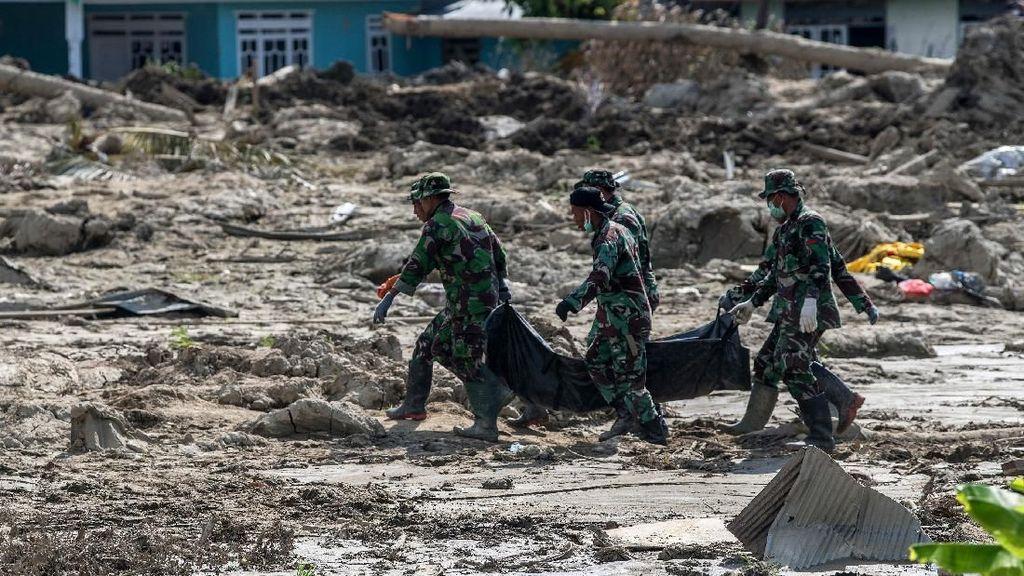 Momen Saat Anggota TNI Evakuasi Korban Gempa yang Tertelan Bumi